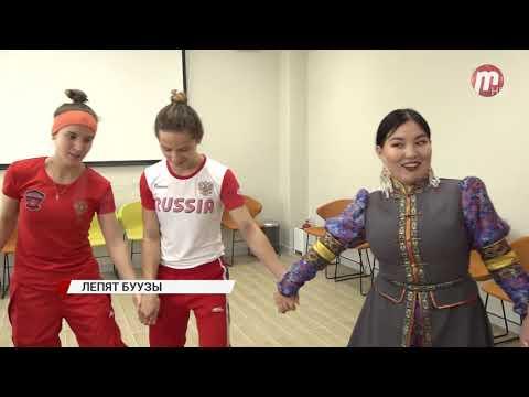 Участницы чемпионата мира по женскому боксу учатся лепить буузы