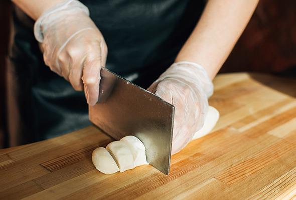 Режем тесто на кусочки