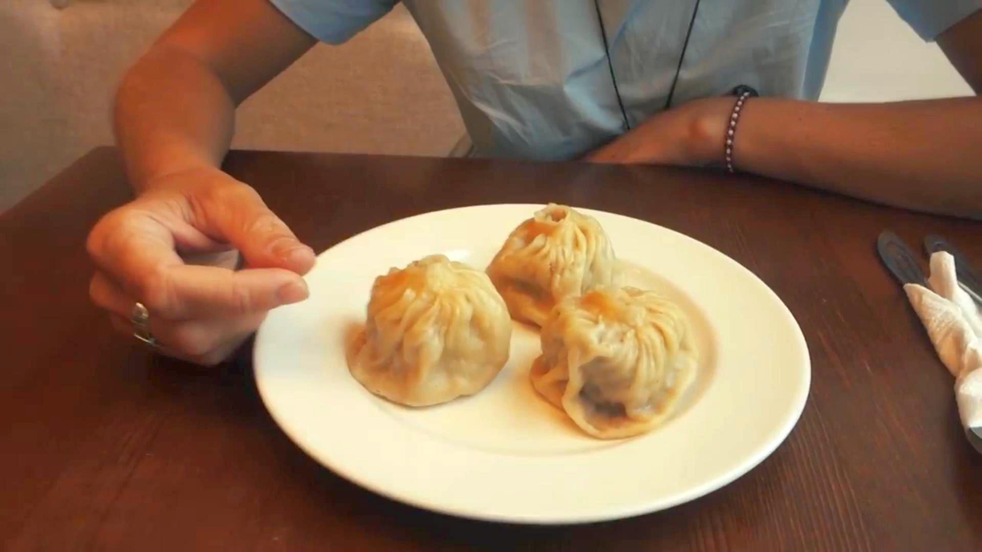 Блогеры едят буузы