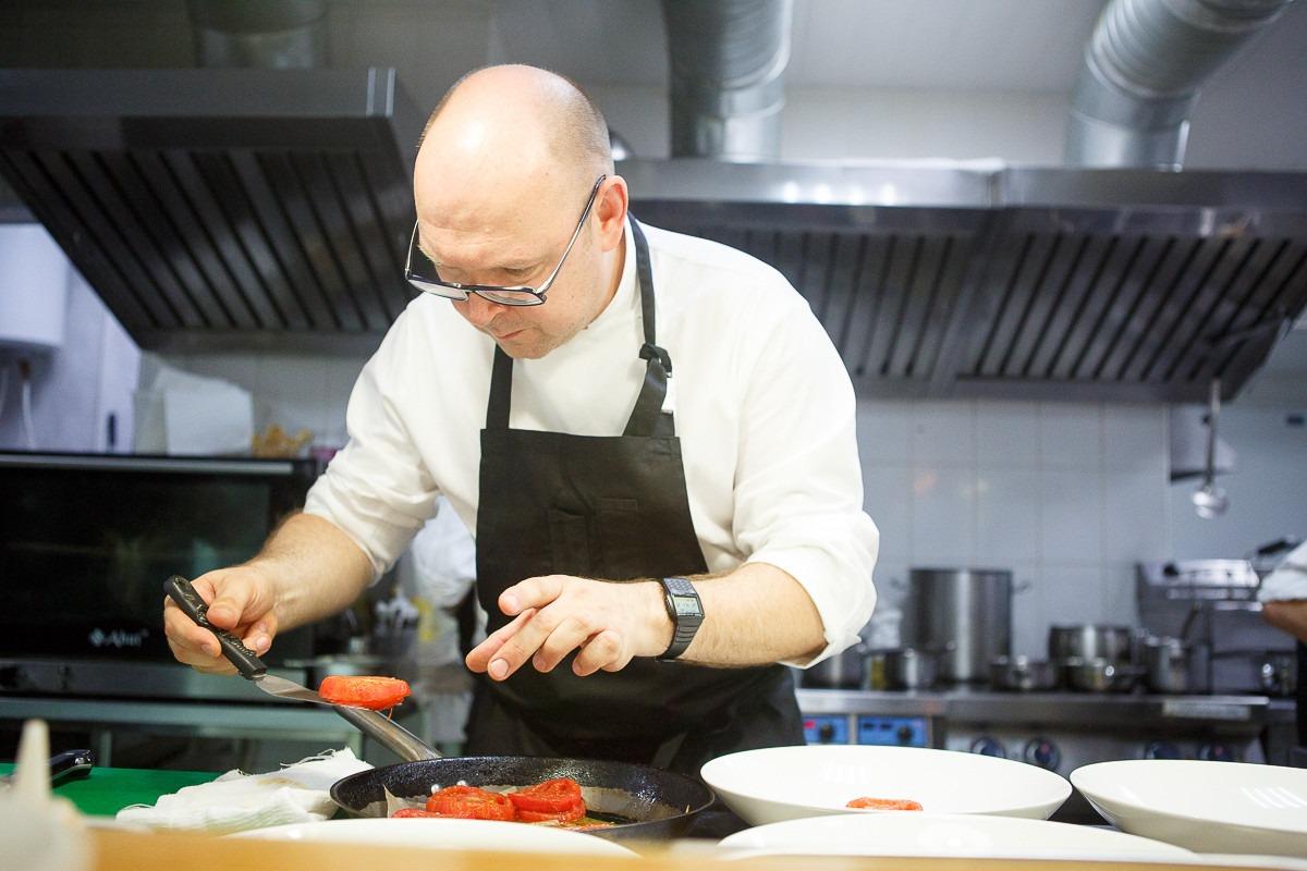 Краснодар. Ресторан «The Печь». Шеф-повар Андрей Матюха готовит для дегустации вяленые томаты с грудинкой