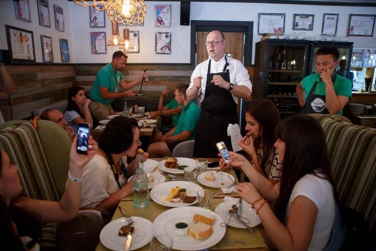 Краснодар. Шеф-повар ресторана «The Печь» Андрей Матюха проводит дегустацию для гастрономических туристов