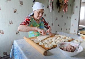 Жена чабана готовит праздничные пельмени-баурсаки