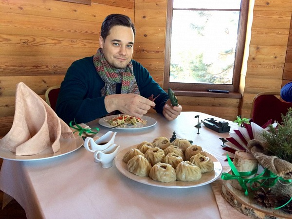 Российский певец Альберт Жалилов побывал на Байкале и отведал буузы