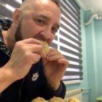 Блогер Владимир Суриков кушает позы в кафе Буду Буузы