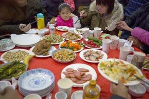 Фестиваль местной кухни в китайской деревне Люминьин