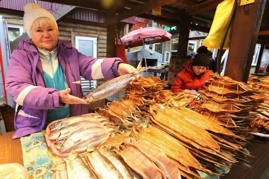 Купить на рынке рыбу омуль — известный деликатес