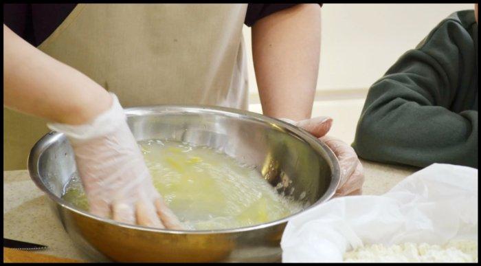 Перемешиваем воду с яйцом