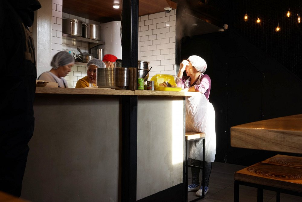 В Buuza Bao современный интерьер — и традиционная в основе кухня