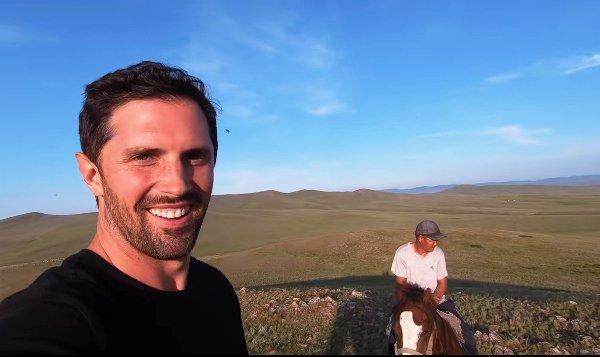 Блогер из США встретился с ламой и отведал свежей баранины в Бурятии