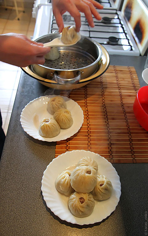 Выкладываем буузы на тарелки
