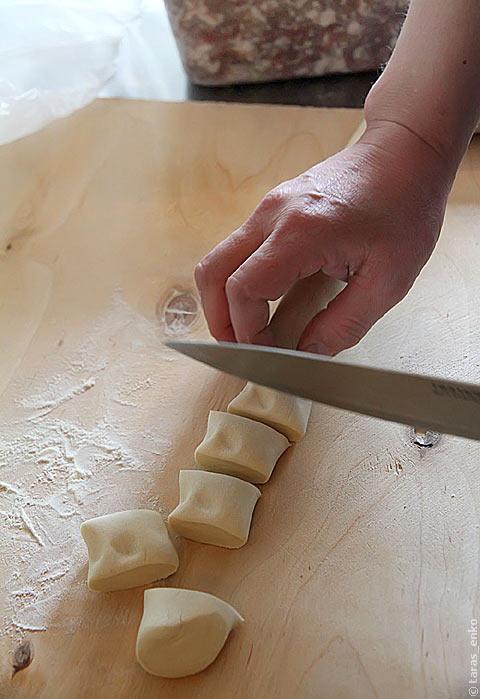 Нарезаем тесто кусочками