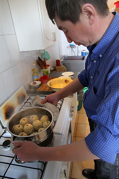 Снимаем буузы с плиты