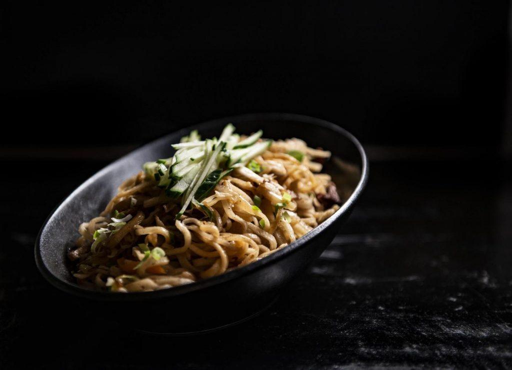 Блюдо с лапшой цуйван